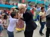 Johanna Ferrán celebrando junto a estudiantes del 19no Festival Campechano