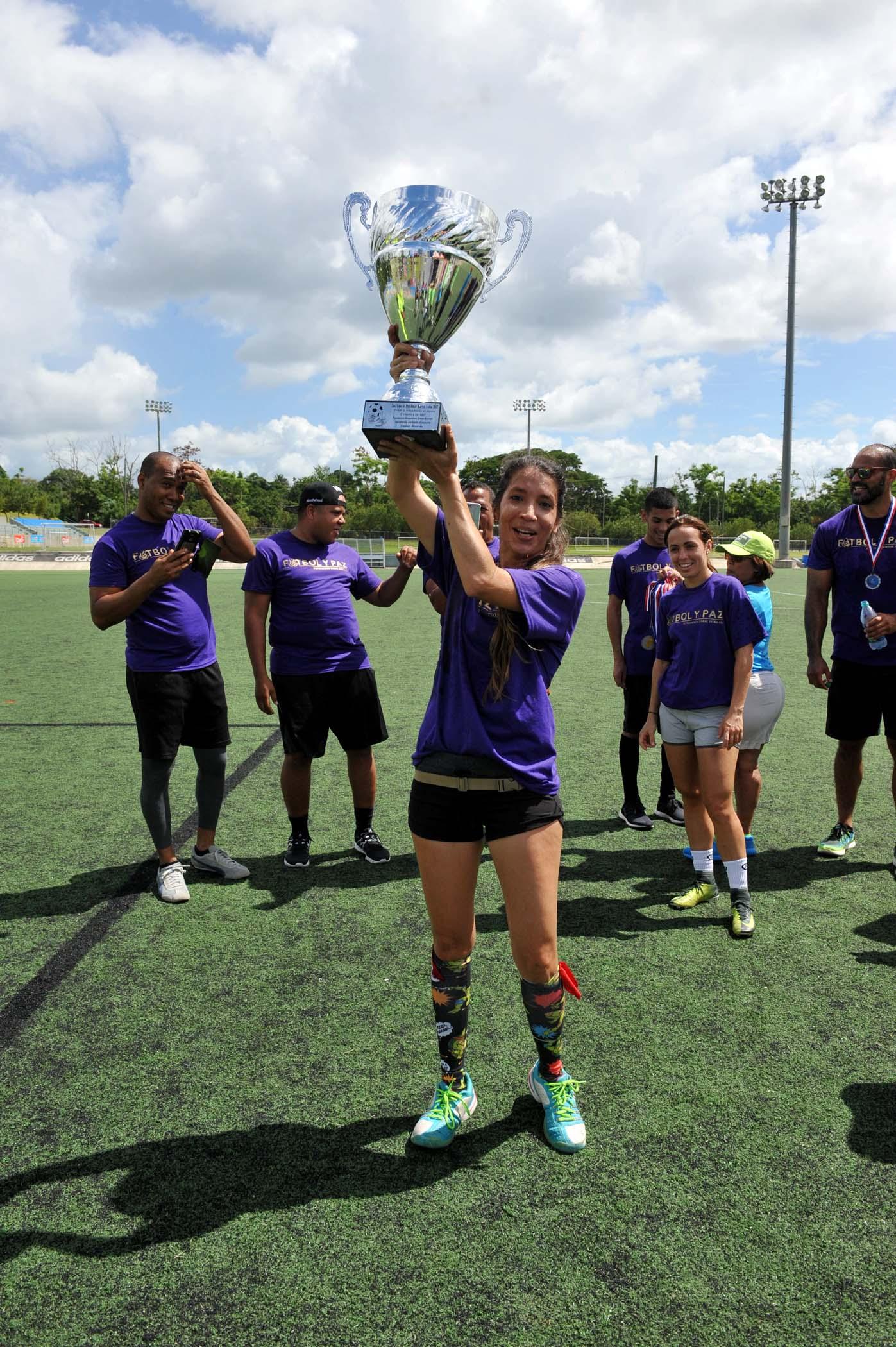 Entrega del trofeo a equipo ganador