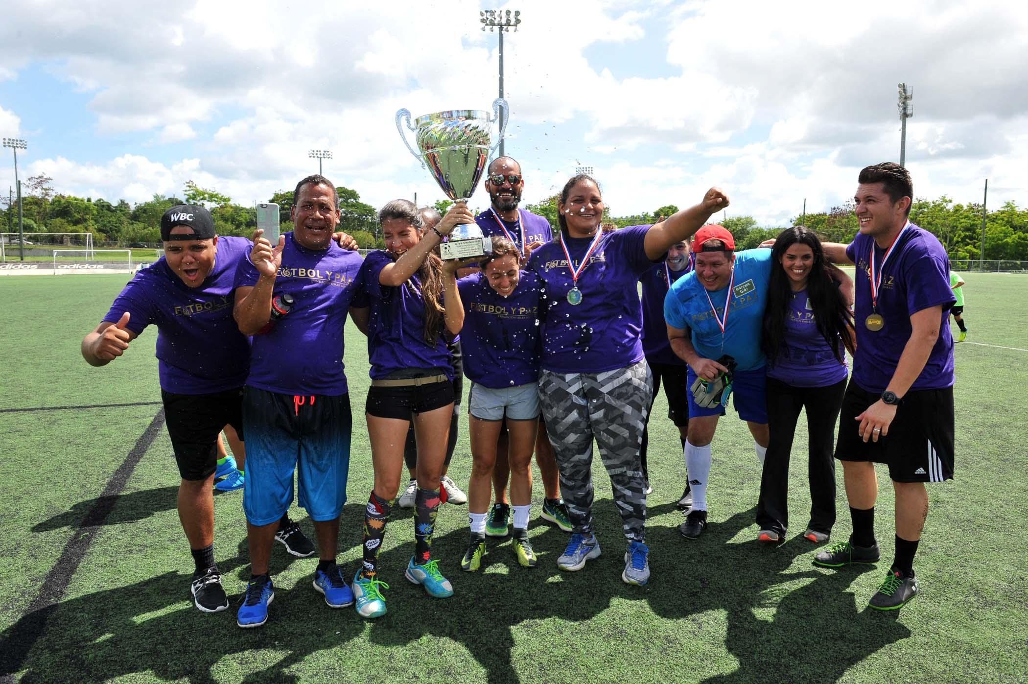 Equipo violeta celebrando su victoria