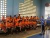 'Coaches' charlando con estudiantes antes del juego