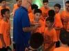 'Coach' hablando con estudiantes jugadores