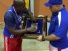 Entrenador Dominicana Juan Medina le entrega placa al presidente del Club D'Altura Emanuel Fragoso