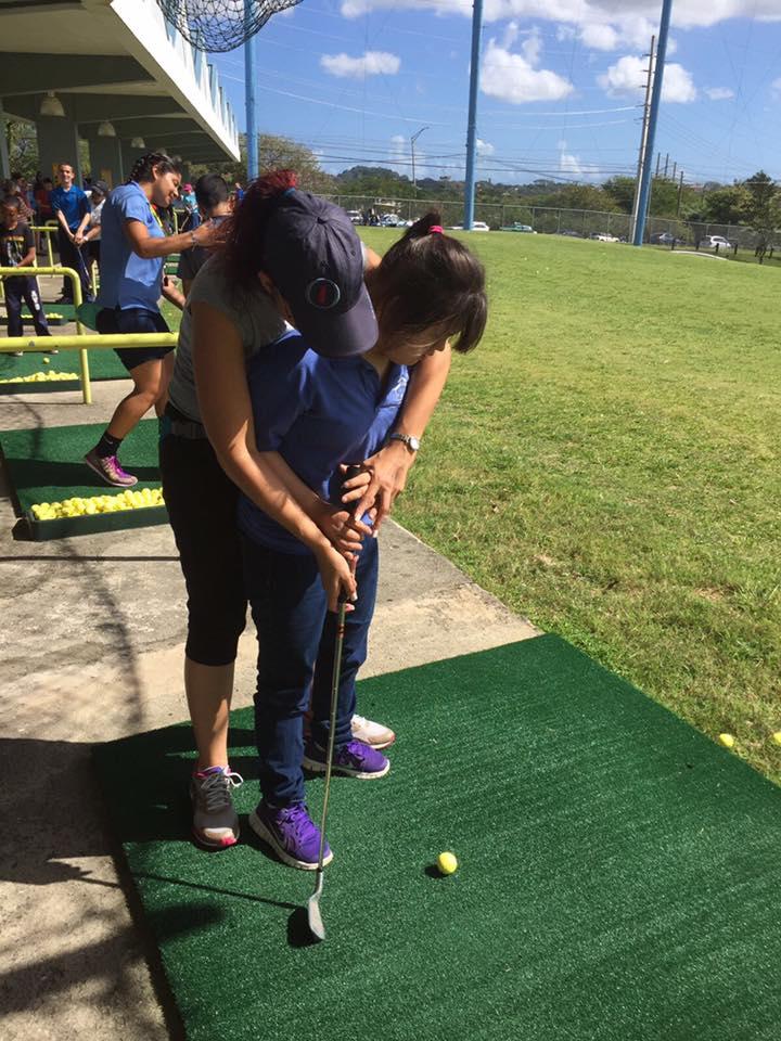 Acompañante y joven participante del 5to Festival de Golf de Educación Física Adaptada