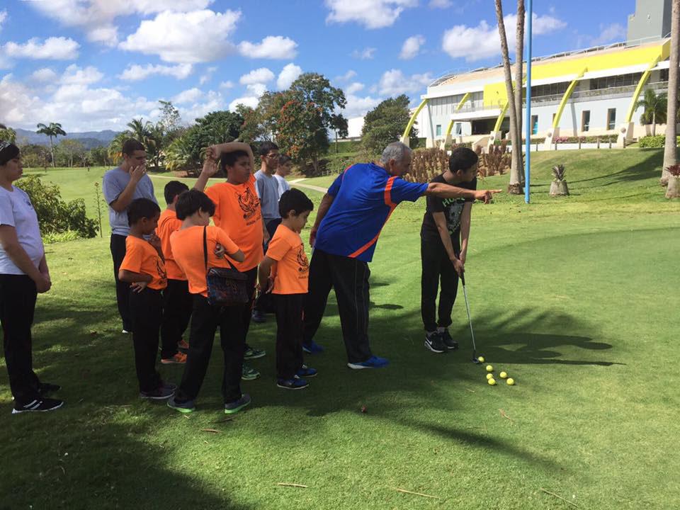 Personal del municipio de Bayamón explicandole a los jovenes hacia donde deben dirigir la bola