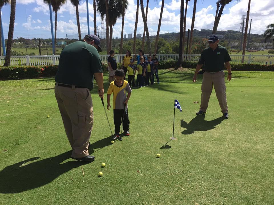 Personal del municipio de Bayamón junto a participante del 5to Festival de Golf de Educación Física Adaptada
