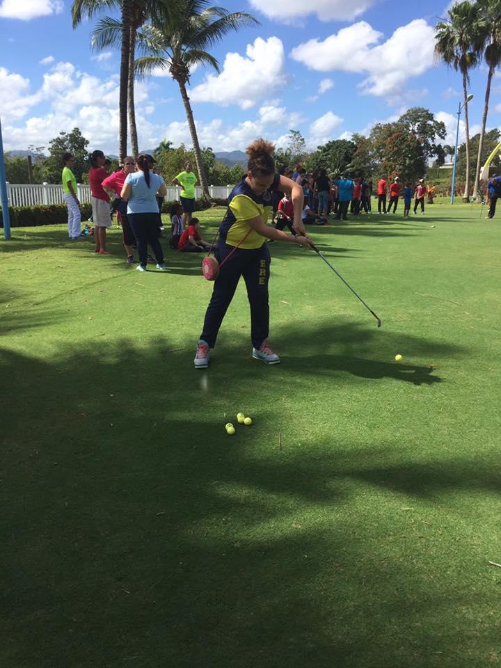 Niña participante del 5to Festival de Golf de Educación Física Adaptada