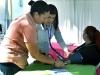 Enfermeras atendiendo a participantes de la actividad