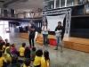 Autora Isset Pastrana junto a estudiantes