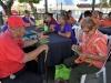 Participantes jugando bingo