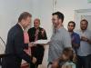Alcalde de Bayamón entregando segundo premio