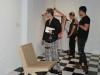 Visitantes de la exhibición aprenciando las piezas de arte