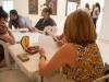 Participantes del taller aprendiendo a dibujar caligrafía japonesa