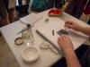 Maestra del taller enseñando como hacer Caligrafía Japonesa