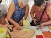 Visitantes participando juntos en hacer un Mosaico
