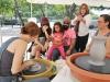 La artista Waleska Rivera Ramos mostrando como hacer una cerámica a los visitantes