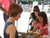 La artista Waleska Rivera Ramos mostrando como hacer una cerámica a una niña