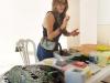 La artista Vanessa Rivera mostrando a los visitantes como hacer un mosaico