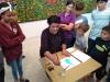 Maestra recurso explicando las técnicas del taller