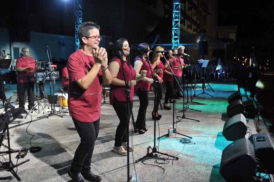 En tarima Los Cantores de Bayamón cantandole a un gran público