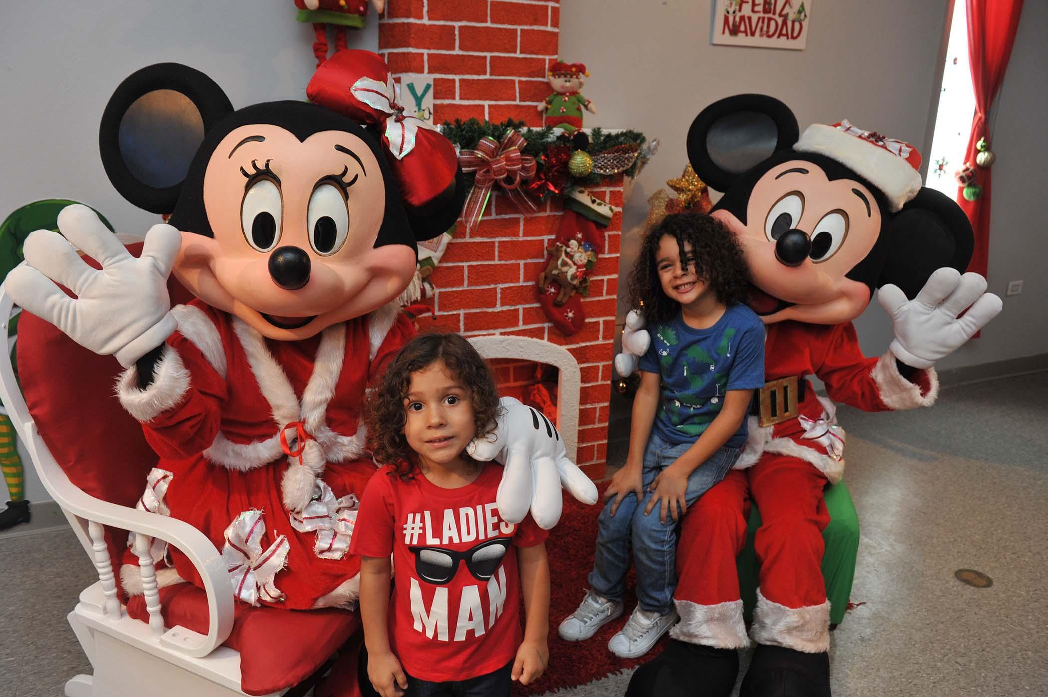 Mini y Mickey Mouse junto a niños