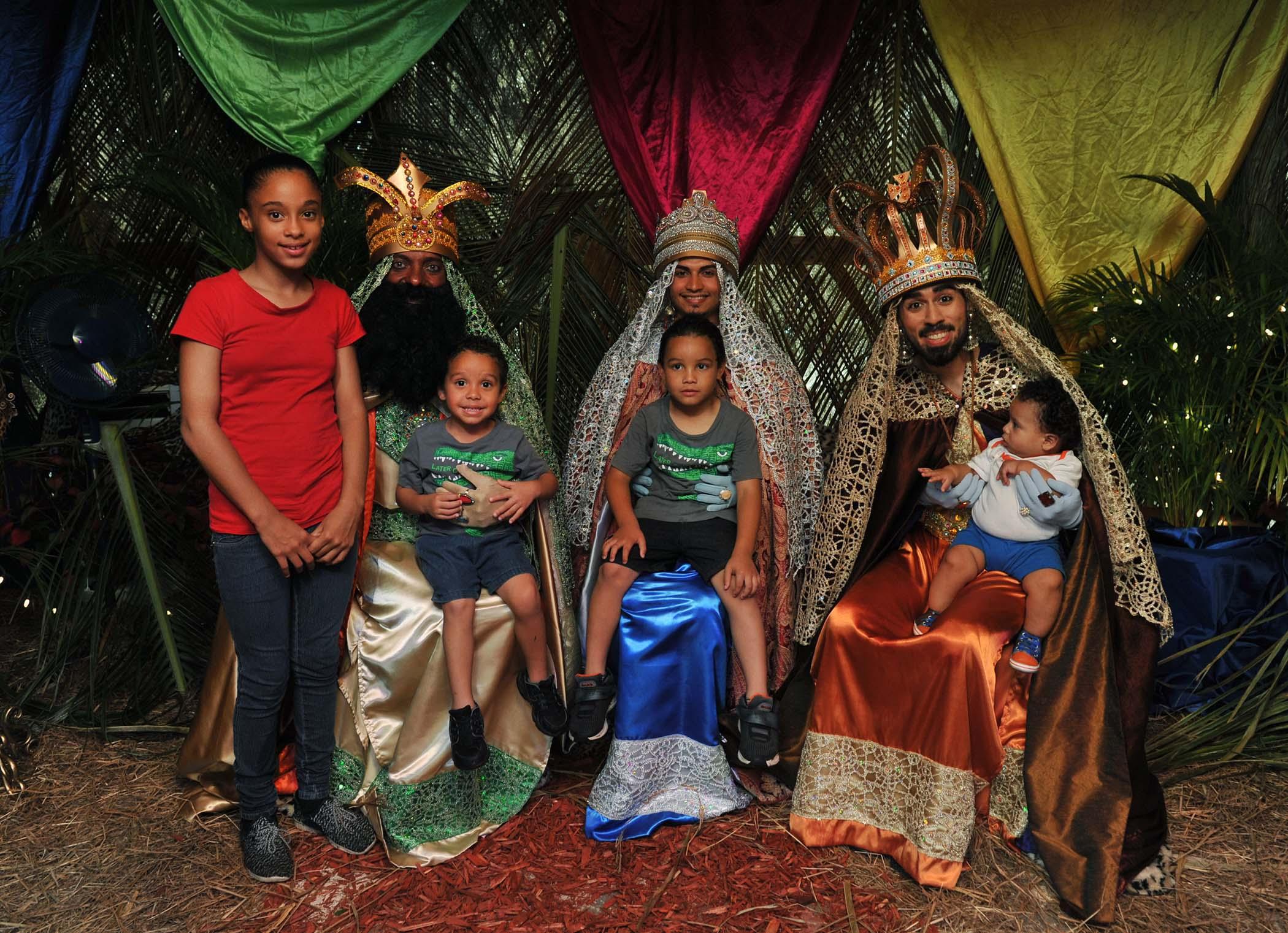 Reyes Magos junto a niños