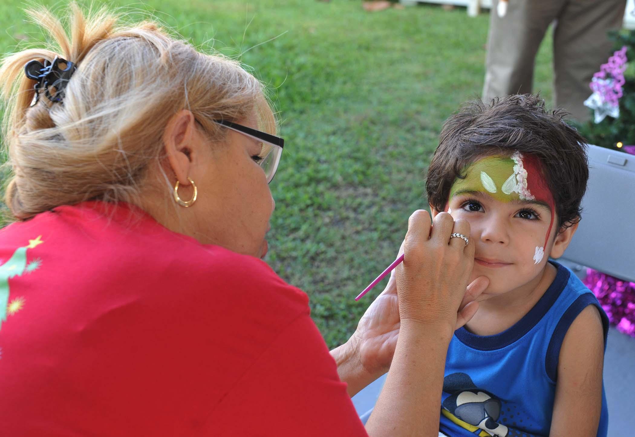 Estación de pintura para las caras de los niños