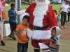 Santa compartiendo con los niños