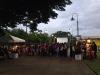 Asistentes del evento haciendo fila para comprar Popcorn