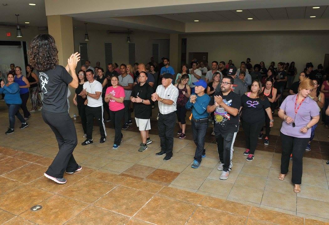 Participantes de Bayamón Ciudad Salsera aprendiendo a bailar