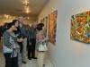 Público presente onservando las obras de los artistas