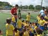 David Villa hablando con los niños jugadores