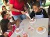 Niños decorando sus cupcakes
