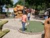 Visitantes disfrutando en el mini golfito