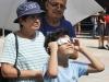 Visitantes con sus gafas disfrutando del fenómeno histórico