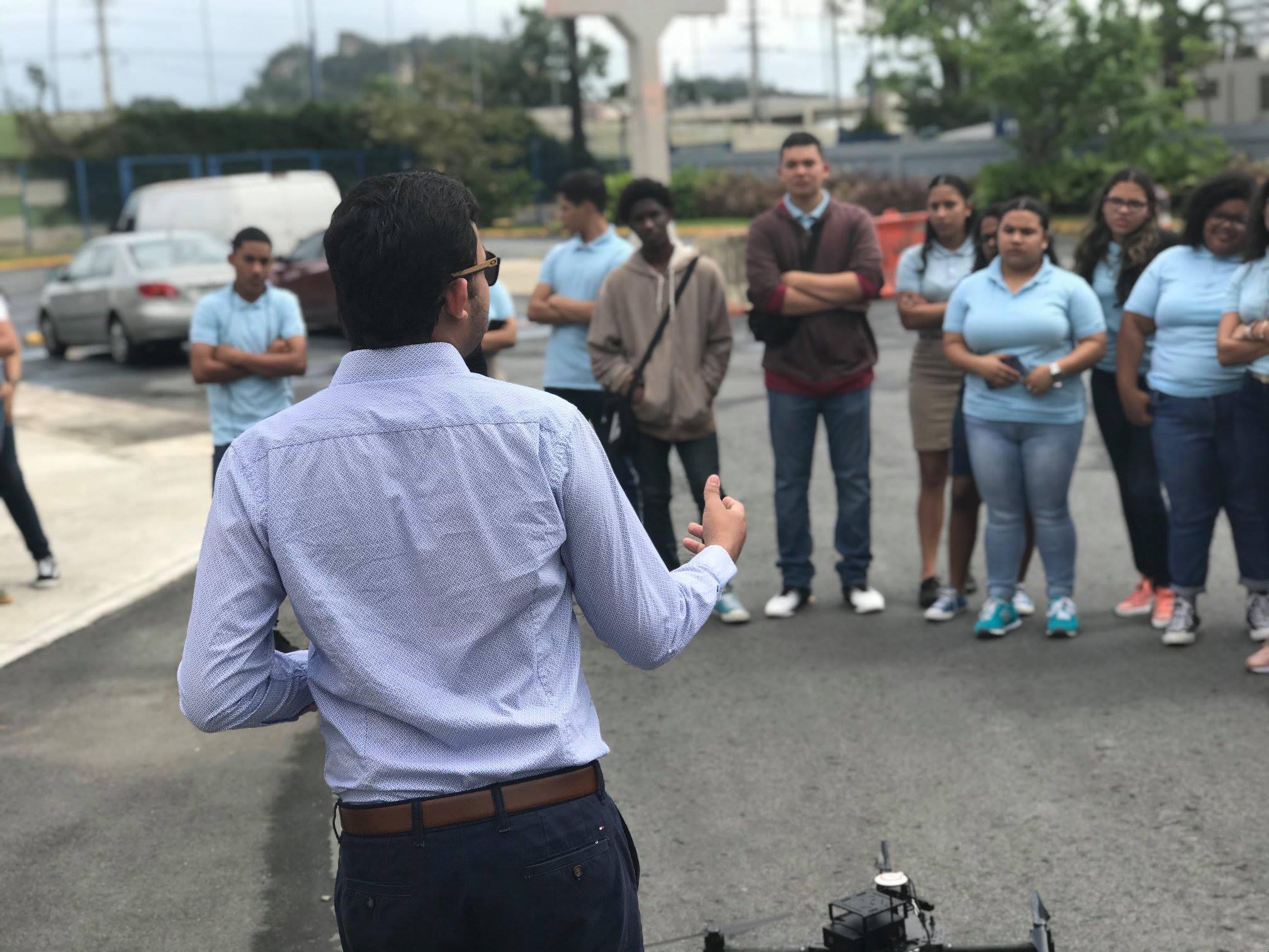Julio Cesar Valdes dirigiendose a estudiantes