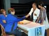 Empleados municipales entregando los vales educativos para la compra de uniformes escolares a padres
