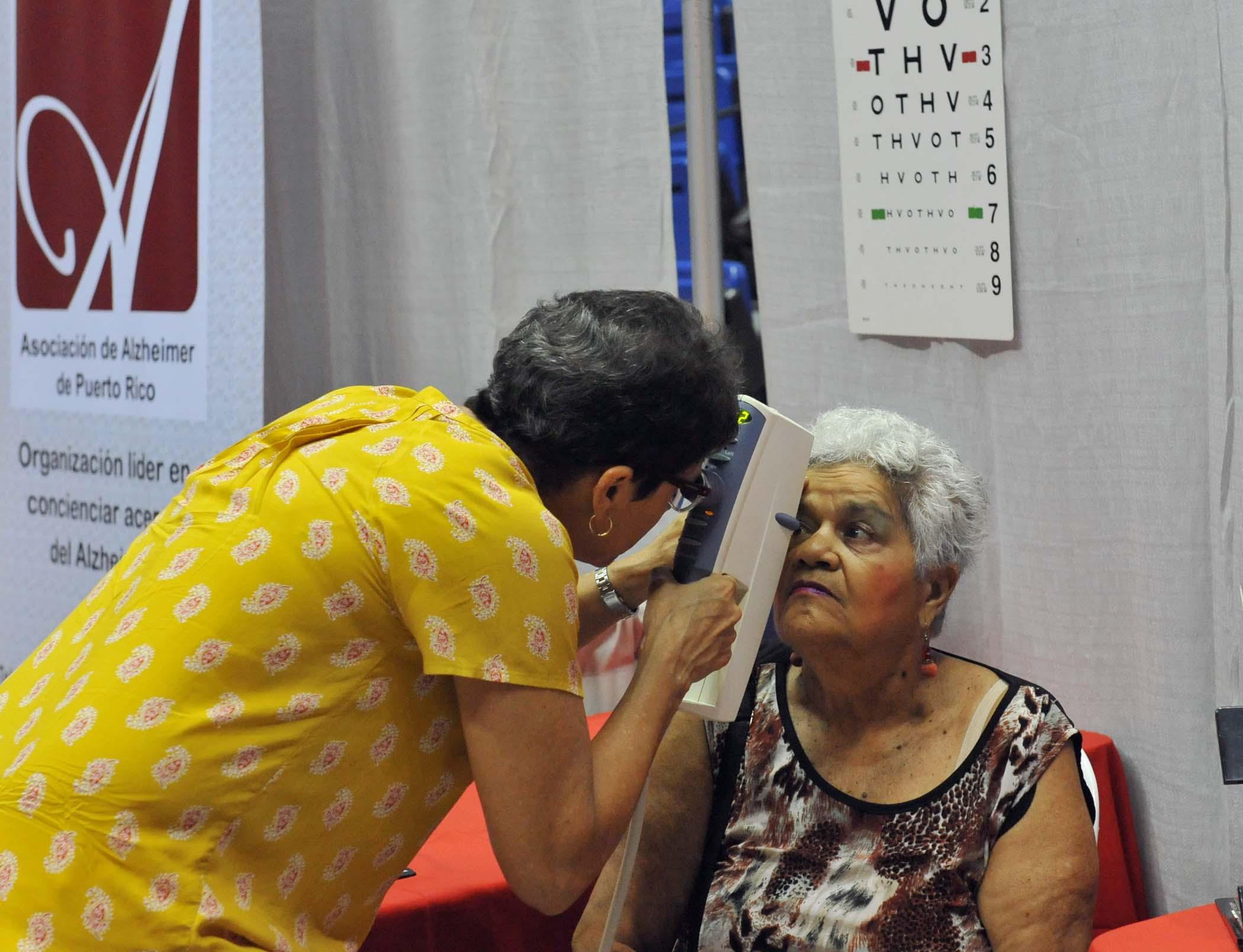 Participante realizandose prueba de visión
