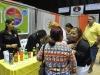 Participantes obteniendo información de los booths