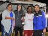 Miembros de un equipo recibiendo su trofeo