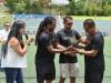 Organizadores entregando reconocimiento a jugador