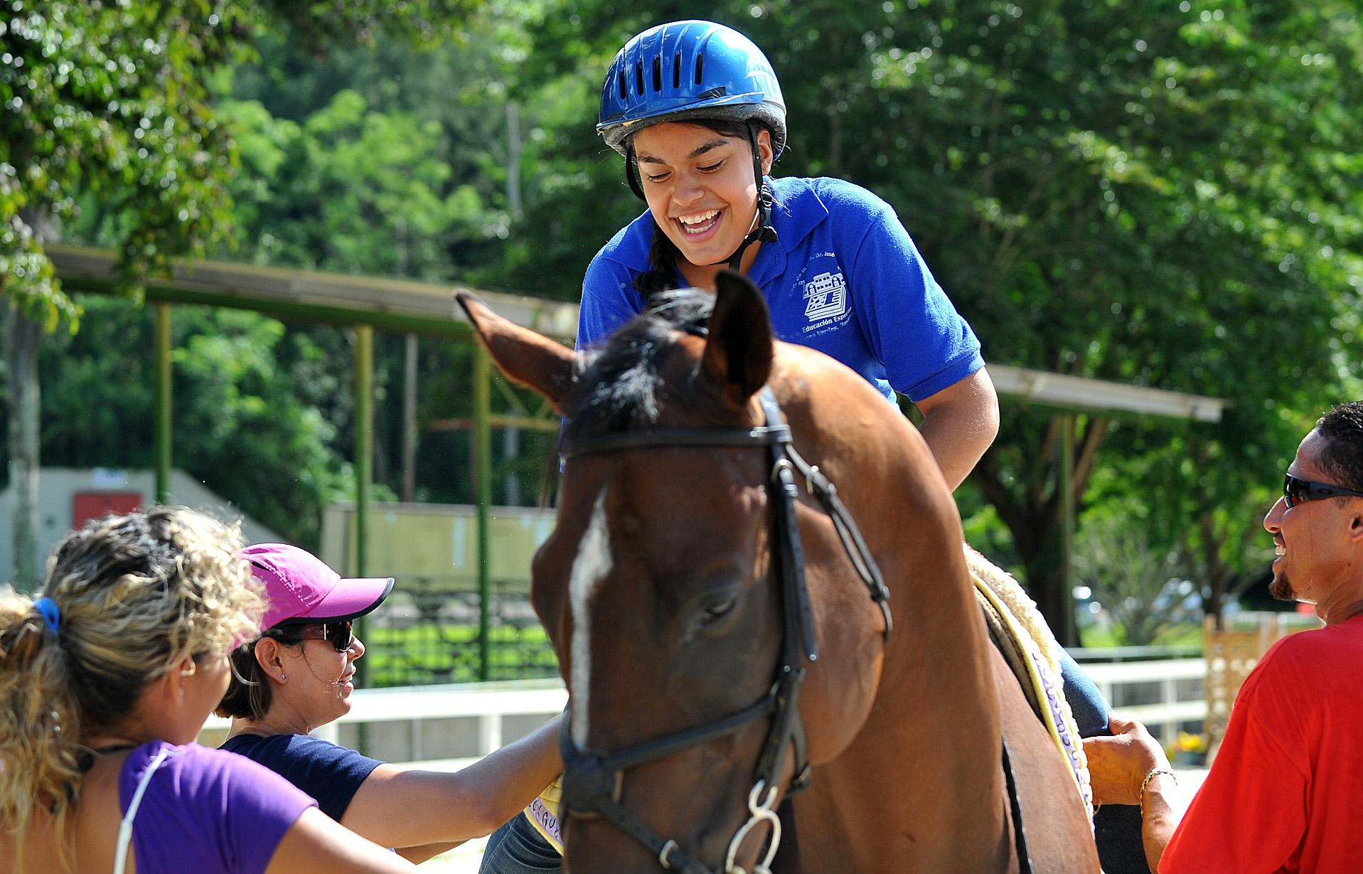 Ayudando a Desteny Martínez montar el caballo