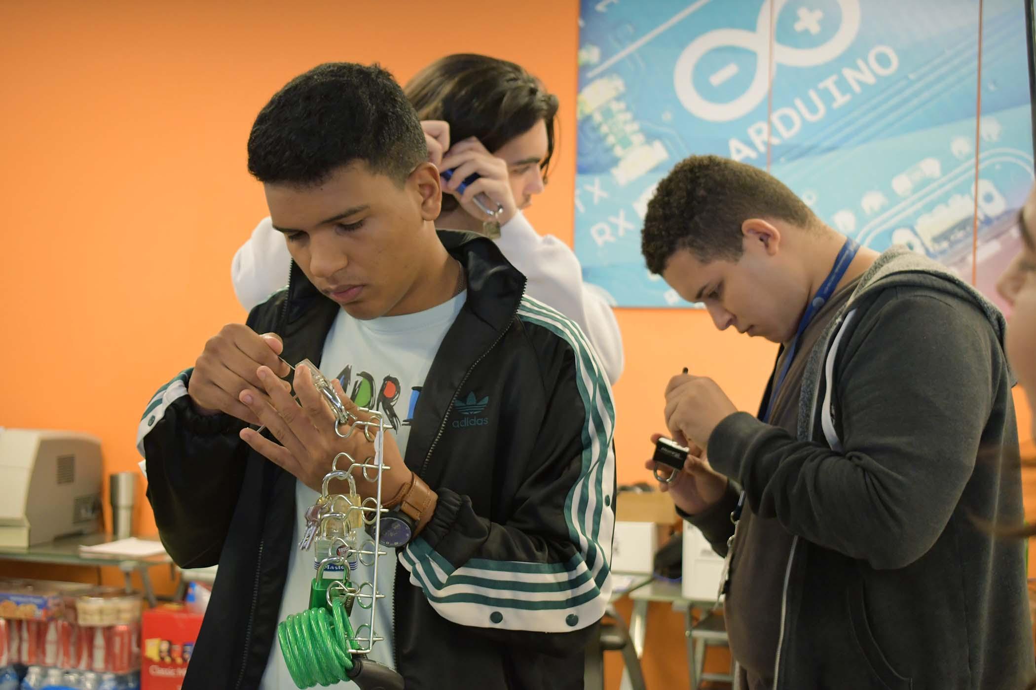 Participantes del taller trabajando en abrir varios candados