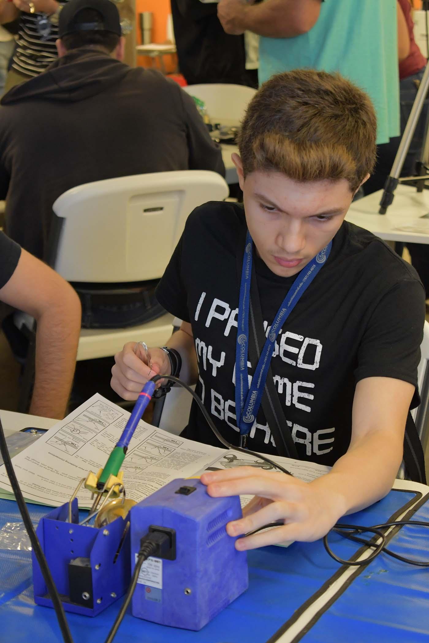 Participante del taller trabajando en su proyecto