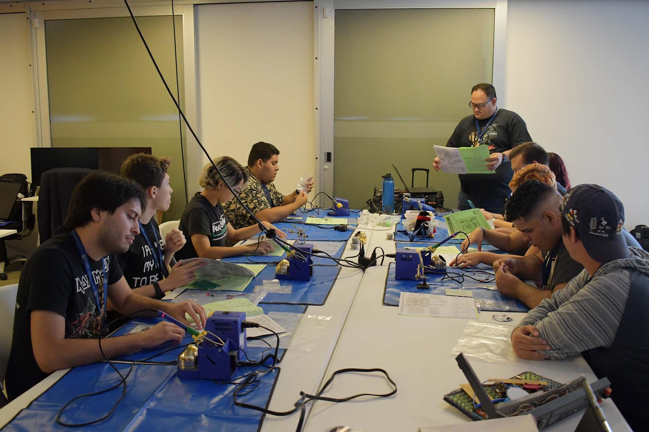Participantes del taller trabajando en sus proyectos