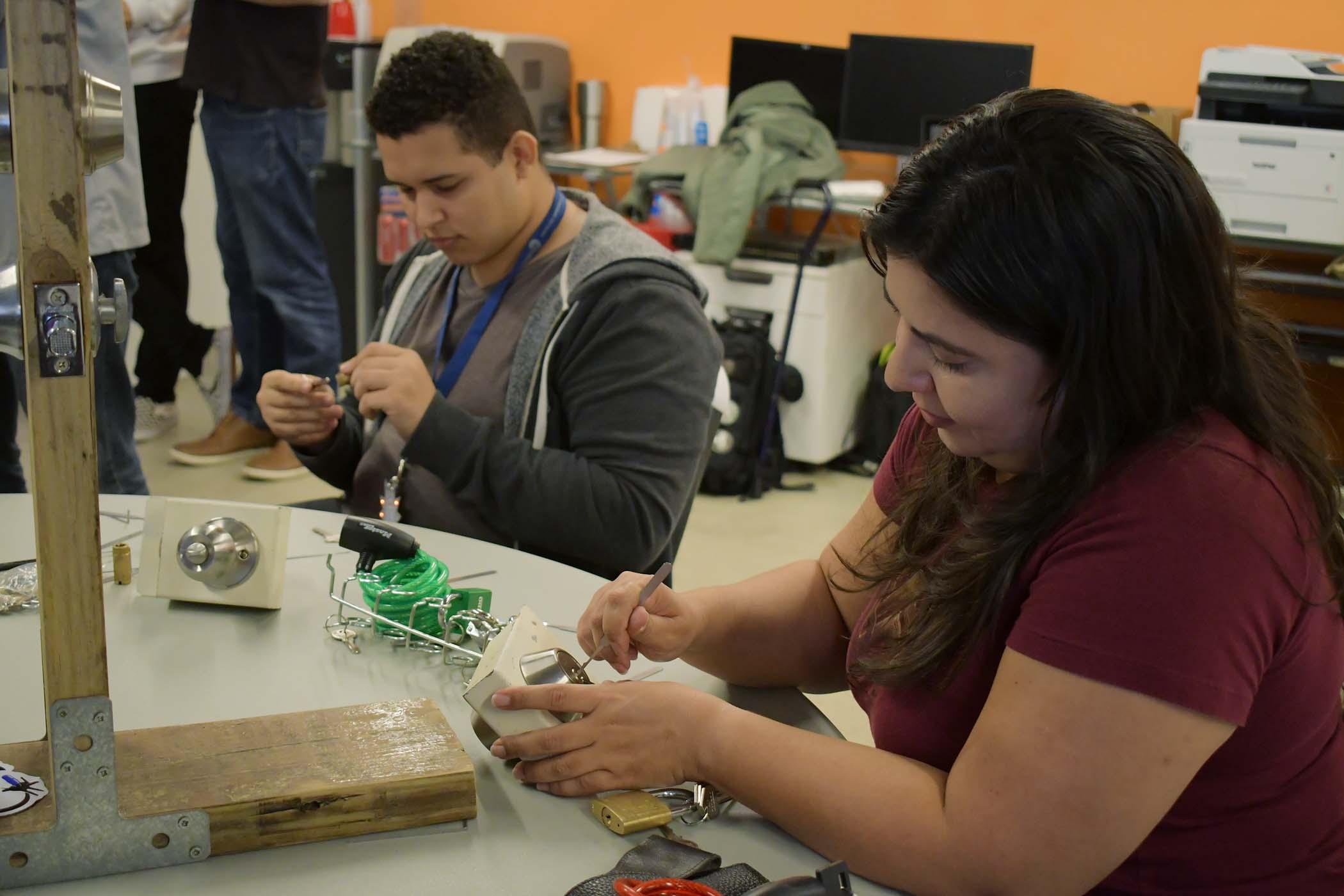 Participantes trabajando en abrir unos candados