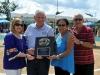 Gustavo Santiago, presidente alctual de la Boy's Baseball recibe placa de reconocimiento