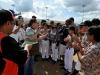 Edwin Nieves Del valle recibiendo su placa de reconocimiento junto a Jóvenes peloteros