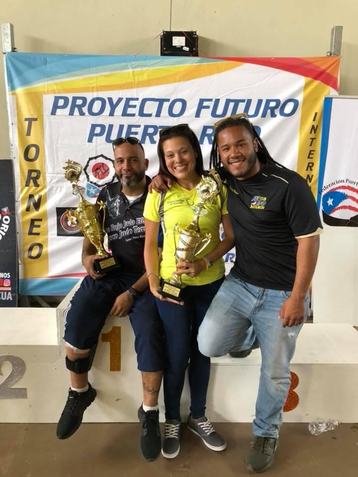 Izq. a Derecha Pedro Rivera entrenador de Cabo Rojo primer lugar. En el centro Cristina Santiago y Henry Vidal entrenadores Vaquero Judo Club.jpg