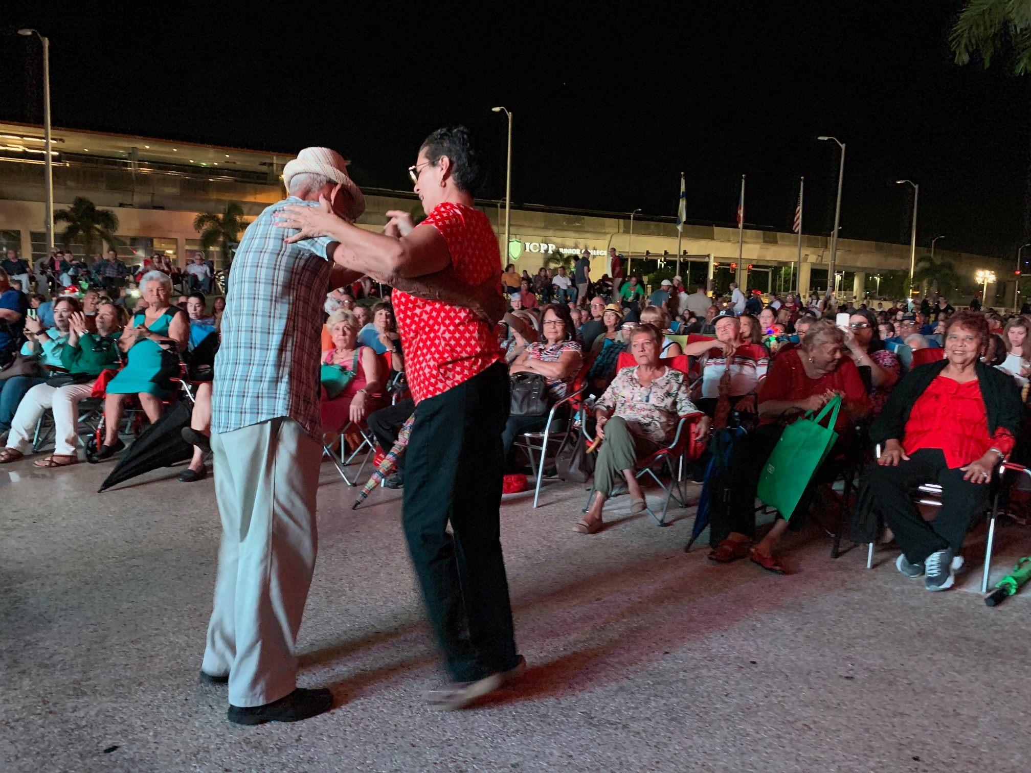 Visitantes de la actividad bailando