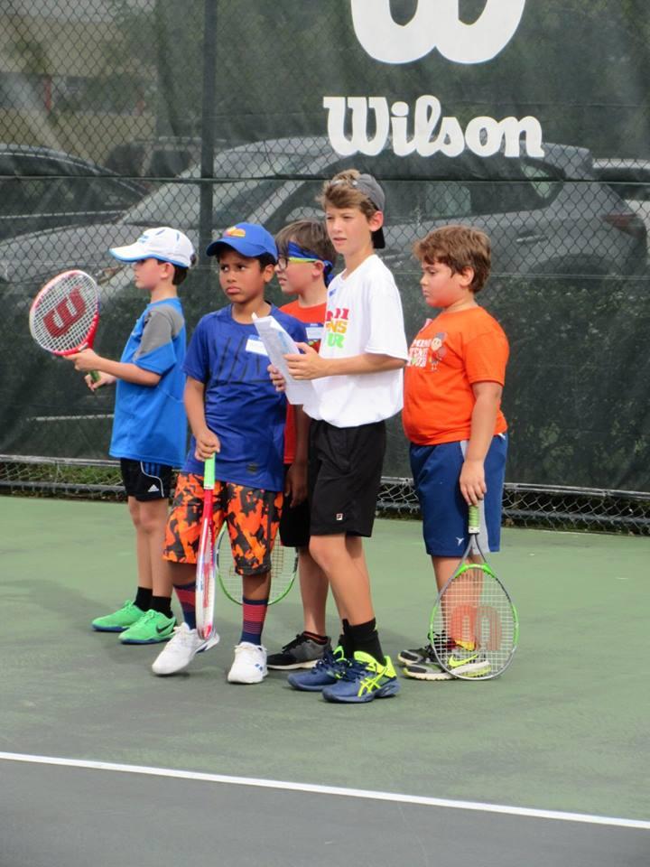 Staff junto a niños participantes